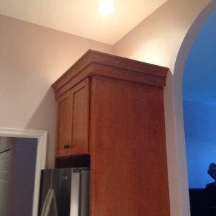 ボルチモアの小さいトラディショナルスタイルのおしゃれなキッチン (アンダーカウンターシンク、シェーカースタイル扉のキャビネット、中間色木目調キャビネット、クオーツストーンカウンター、シルバーの調理設備の、大理石の床、アイランドなし) の写真