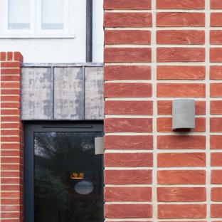 ロンドンの中サイズの北欧スタイルのおしゃれなキッチン (フラットパネル扉のキャビネット、中間色木目調キャビネット、コンクリートカウンター、ピンクのキッチンパネル、セラミックタイルのキッチンパネル、パネルと同色の調理設備、コンクリートの床、緑の床、グレーのキッチンカウンター) の写真