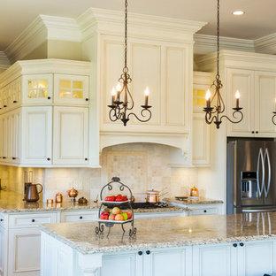 ソルトレイクシティの大きいトラディショナルスタイルのおしゃれなキッチン (エプロンフロントシンク、白いキャビネット、御影石カウンター、ベージュキッチンパネル、シルバーの調理設備の、無垢フローリング) の写真