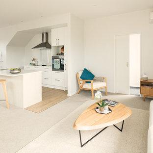 Mittelgroße Moderne Küche mit Teppichboden und beigem Boden in Auckland
