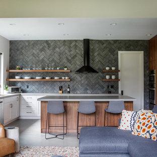 Offene Moderne Küche in L-Form mit Unterbauwaschbecken, offenen Schränken, Küchenrückwand in Grau, Küchengeräten aus Edelstahl, Kücheninsel, grauem Boden und grauer Arbeitsplatte in Jacksonville