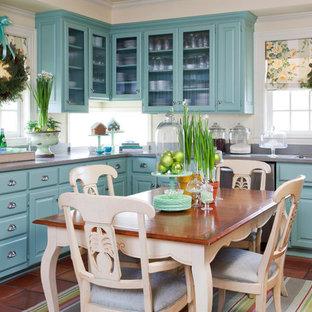 Diseño de cocina de estilo de casa de campo con puertas de armario azules