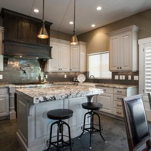 Idéer för lantliga flerfärgat kök och matrum, med luckor med upphöjd panel, vita skåp, granitbänkskiva, grått stänkskydd, stänkskydd i tunnelbanekakel och rostfria vitvaror