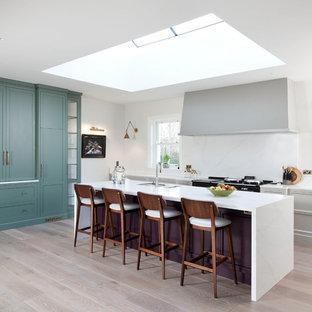 Klassische Küche in L-Form mit Unterbauwaschbecken, Schrankfronten mit vertiefter Füllung, lila Schränken, Küchenrückwand in Weiß, hellem Holzboden, Kücheninsel und beigem Boden in Dublin
