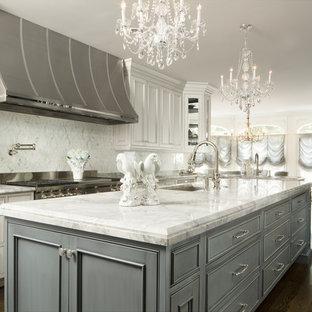 Geräumige Klassische Wohnküche in L-Form mit Unterbauwaschbecken, Kassettenfronten, bunter Rückwand, Küchengeräten aus Edelstahl, dunklem Holzboden, Kücheninsel, grauen Schränken, Quarzit-Arbeitsplatte, Rückwand aus Steinfliesen und braunem Boden in Chicago