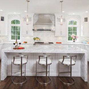 Foto på ett stort vintage u-kök, med skåp i shakerstil, vita skåp, bänkskiva i kvarts, rostfria vitvaror, en köksö, brunt golv, en undermonterad diskho, flerfärgad stänkskydd, stänkskydd i mosaik och mörkt trägolv