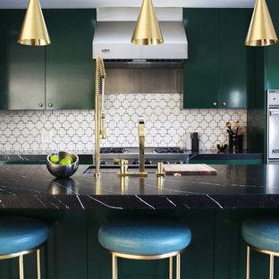 Стильный дизайн: параллельная кухня-гостиная в современном стиле с врезной раковиной, плоскими фасадами, зелеными фасадами, мраморной столешницей, белым фартуком, фартуком из керамической плитки, техникой из нержавеющей стали, островом и черной столешницей - последний тренд