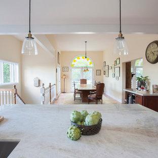 Inspiration för mellanstora klassiska vitt kök, med en undermonterad diskho, luckor med infälld panel, skåp i mellenmörkt trä, marmorbänkskiva, beige stänkskydd, stänkskydd i tunnelbanekakel, rostfria vitvaror, klinkergolv i terrakotta, en köksö och orange golv