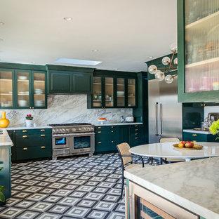 ロサンゼルスの大きいエクレクティックスタイルのおしゃれなキッチン (アンダーカウンターシンク、レイズドパネル扉のキャビネット、緑のキャビネット、大理石カウンター、白いキッチンパネル、大理石の床、シルバーの調理設備の、セメントタイルの床、黒い床) の写真