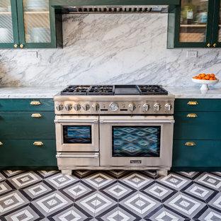 ロサンゼルスの大きいエクレクティックスタイルのおしゃれなキッチン (アンダーカウンターシンク、レイズドパネル扉のキャビネット、緑のキャビネット、大理石カウンター、白いキッチンパネル、大理石の床、シルバーの調理設備の、セメントタイルの床、アイランドなし、黒い床) の写真