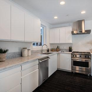 Foto di una cucina di medie dimensioni con lavello sottopiano, ante lisce, ante bianche, top in marmo, paraspruzzi bianco, paraspruzzi in lastra di pietra, elettrodomestici in acciaio inossidabile, parquet scuro, isola, pavimento nero e top bianco