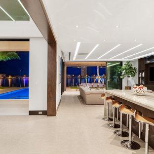 Große Moderne Wohnküche in L-Form mit Triple-Waschtisch, flächenbündigen Schrankfronten, Edelstahlfronten, Marmor-Arbeitsplatte, Küchengeräten aus Edelstahl, Porzellan-Bodenfliesen, zwei Kücheninseln und beiger Arbeitsplatte in Miami