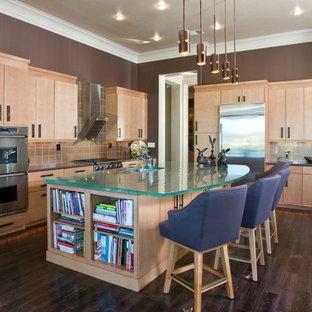 Удачное сочетание для дизайна помещения: угловая кухня-гостиная среднего размера в современном стиле с техникой из нержавеющей стали, врезной раковиной, плоскими фасадами, стеклянной столешницей, светлыми деревянными фасадами, бежевым фартуком, фартуком из стеклянной плитки, темным паркетным полом, островом и бирюзовой столешницей - самое интересное для вас