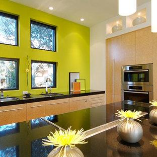 Zweizeilige, Mittelgroße Moderne Wohnküche mit flächenbündigen Schrankfronten, hellen Holzschränken, Granit-Arbeitsplatte, Küchengeräten aus Edelstahl, Kücheninsel, Küchenrückwand in Gelb und schwarzem Boden in Tampa
