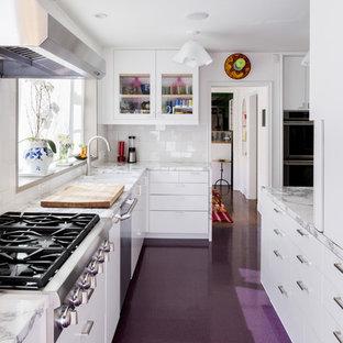 ロサンゼルスの大きいトランジショナルスタイルのおしゃれなL型キッチン (ガラス扉のキャビネット、白いキャビネット、大理石カウンター、シルバーの調理設備の、アイランドなし、紫の床) の写真