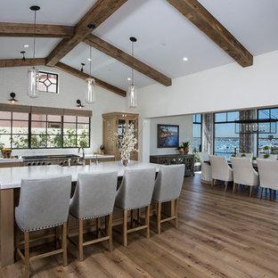 オレンジカウンティの地中海スタイルのおしゃれなキッチン (ガラス扉のキャビネット、中間色木目調キャビネット、シルバーの調理設備の、無垢フローリング) の写真