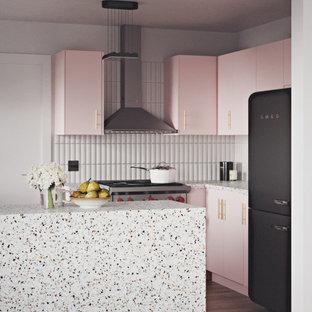 ポートランドのコンテンポラリースタイルのおしゃれなキッチン (テラゾーの床、テラゾーカウンター、フラットパネル扉のキャビネット、ピンクのキャビネット) の写真