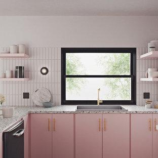 ポートランドのコンテンポラリースタイルのおしゃれなキッチン (テラゾーカウンター、フラットパネル扉のキャビネット、ピンクのキャビネット) の写真