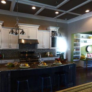 リッチモンドの大きいシャビーシック調のおしゃれなキッチン (エプロンフロントシンク、シェーカースタイル扉のキャビネット、白いキャビネット、御影石カウンター、マルチカラーのキッチンパネル、モザイクタイルのキッチンパネル、シルバーの調理設備、濃色無垢フローリング) の写真