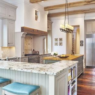 Idéer för stora vintage kök, med luckor med upphöjd panel, beige stänkskydd, rostfria vitvaror, mellanmörkt trägolv, granitbänkskiva, stänkskydd i stenkakel, flera köksöar, grå skåp och en rustik diskho