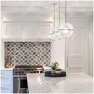 Diseño de cocina en U, minimalista, pequeña, cerrada, con fregadero encastrado, armarios abiertos, puertas de armario blancas, encimera de terrazo, salpicadero metalizado, salpicadero de metal, electrodomésticos negros, suelo de baldosas de porcelana y dos o más islas