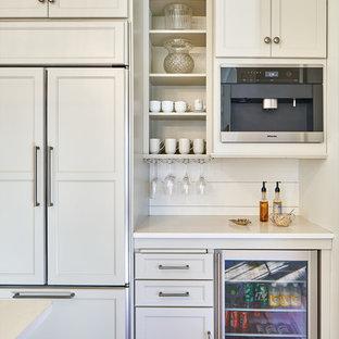Immagine di una cucina chic di medie dimensioni con lavello stile country, ante in stile shaker, ante grigie, top in granito, paraspruzzi bianco, paraspruzzi in legno, elettrodomestici in acciaio inossidabile, parquet chiaro e top bianco