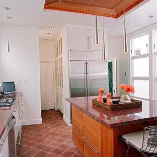 На фото: кухни в классическом стиле с техникой из нержавеющей стали и красной столешницей