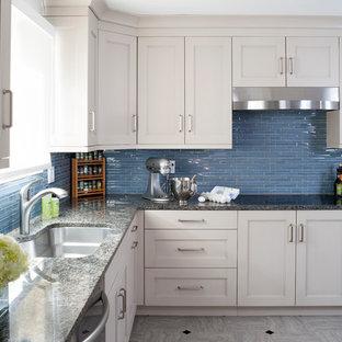 Mittelgroße Klassische Küche in U-Form mit Unterbauwaschbecken, Schrankfronten mit vertiefter Füllung, beigen Schränken, Granit-Arbeitsplatte, Küchenrückwand in Blau, Rückwand aus Glasfliesen, Küchengeräten aus Edelstahl und Linoleum in Washington, D.C.