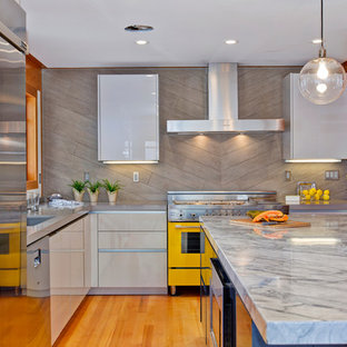 Mid-sized contemporary open concept kitchen designs - Example of a mid-sized trendy l-shaped medium tone wood floor open concept kitchen design in San Diego with an undermount sink, flat-panel cabinets, gray cabinets, quartz countertops, gray backsplash, porcelain backsplash, colored appliances and an island