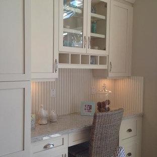 ジャクソンビルの小さいトロピカルスタイルのおしゃれなキッチン (シェーカースタイル扉のキャビネット、ベージュのキャビネット、御影石カウンター、ベージュキッチンパネル、トラバーチンの床) の写真
