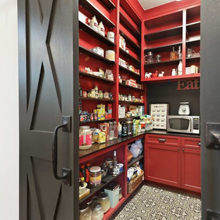 オースティンのカントリー風おしゃれなキッチン (シェーカースタイル扉のキャビネット、赤いキャビネット、セメントタイルの床、アイランドなし、マルチカラーの床、黒いキッチンカウンター) の写真