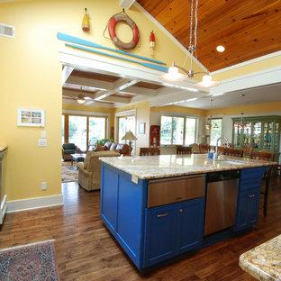 Offene, Mittelgroße Maritime Küche in L-Form mit Landhausspüle, weißen Schränken, Granit-Arbeitsplatte, Küchenrückwand in Blau, Rückwand aus Mosaikfliesen, Küchengeräten aus Edelstahl, braunem Holzboden, Kücheninsel und braunem Boden in Kansas City
