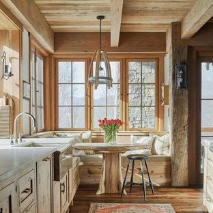 Inspiration för ett rustikt vit vitt kök och matrum, med en rustik diskho, skåp i shakerstil, skåp i ljust trä, mellanmörkt trägolv och brunt golv