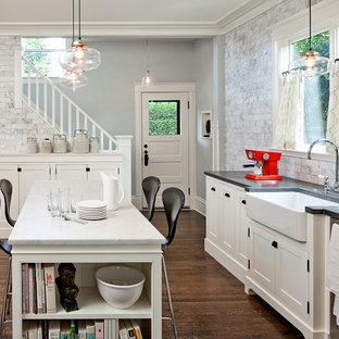 ポートランドのトラディショナルスタイルのおしゃれなキッチン (石タイルのキッチンパネル、エプロンフロントシンク、シェーカースタイル扉のキャビネット、白いキャビネット、白いキッチンパネル) の写真