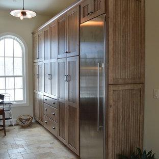 デンバーのラスティックスタイルのおしゃれなキッチン (シェーカースタイル扉のキャビネット、淡色木目調キャビネット、シルバーの調理設備の、トラバーチンの床、アイランドなし) の写真
