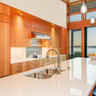 Offene, Einzeilige, Kleine Moderne Küche mit Doppelwaschbecken, flächenbündigen Schrankfronten, hellbraunen Holzschränken, Quarzwerkstein-Arbeitsplatte, Küchenrückwand in Weiß, Glasrückwand, Kücheninsel und Elektrogeräten mit Frontblende in Seattle