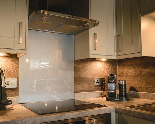 hotel room kitchen with glass sheet backsplash design