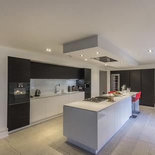 Exempel på ett mellanstort modernt l-kök, med släta luckor, vita skåp, vitt stänkskydd, glaspanel som stänkskydd, rostfria vitvaror och en köksö