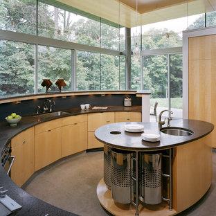 Foto di una grande cucina design con lavello sottopiano, ante lisce, ante in legno chiaro, paraspruzzi nero, top in superficie solida, paraspruzzi con piastrelle in pietra, elettrodomestici neri, pavimento in marmo, pavimento grigio e soffitto in legno