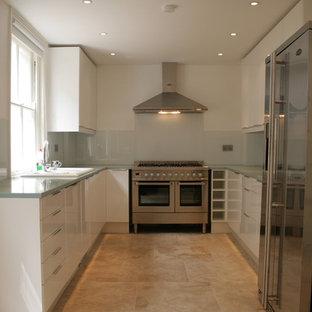 ロンドンの小さいシャビーシック調のおしゃれなキッチン (ダブルシンク、フラットパネル扉のキャビネット、白いキャビネット、人工大理石カウンター、ガラス板のキッチンパネル、シルバーの調理設備の、クッションフロア、アイランドなし) の写真