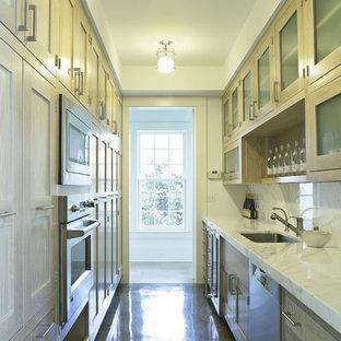 Идея дизайна: параллельная, отдельная кухня в стиле кантри с техникой из нержавеющей стали