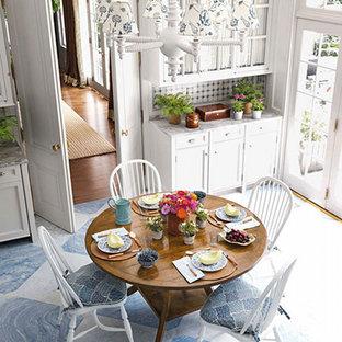 Mittelgroße Klassische Wohnküche in U-Form mit Landhausspüle, Glasfronten, weißen Schränken, Granit-Arbeitsplatte, Küchenrückwand in Blau, Rückwand aus Zementfliesen, Küchengeräten aus Edelstahl, gebeiztem Holzboden und Kücheninsel in Nashville