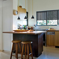 Eclectic Kitchen by Dana Gordon + Roy Gordon: Architecture Studio