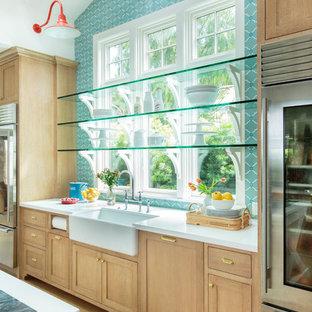 Idéer för att renovera ett mycket stort maritimt blå blått kök, med en rustik diskho, skåp i shakerstil, skåp i ljust trä, marmorbänkskiva, blått stänkskydd, stänkskydd i cementkakel, rostfria vitvaror, ljust trägolv, en köksö och brunt golv