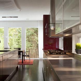 Ispirazione per una grande cucina classica con lavello sottopiano, ante lisce, ante rosse, top in cemento, elettrodomestici in acciaio inossidabile, parquet scuro, isola, pavimento nero e top grigio