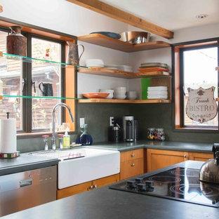 シアトルの中くらいのラスティックスタイルのおしゃれなキッチン (エプロンフロントシンク、シェーカースタイル扉のキャビネット、中間色木目調キャビネット、ソープストーンカウンター、グレーのキッチンパネル、シルバーの調理設備) の写真