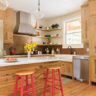 Bild på ett mellanstort lantligt vit vitt l-kök, med en rustik diskho, skåp i shakerstil, skåp i mellenmörkt trä, bänkskiva i kvarts, stänkskydd med metallisk yta, rostfria vitvaror, en köksö, brunt golv, stänkskydd i metallkakel och mellanmörkt trägolv