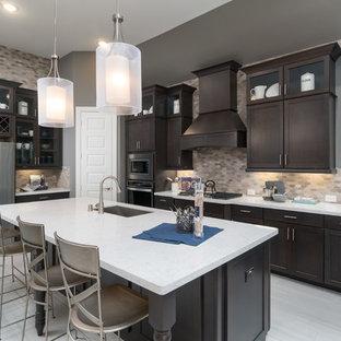 Foto på ett mellanstort vintage vit l-kök, med en undermonterad diskho, bänkskiva i koppar, beige stänkskydd, stänkskydd i keramik, rostfria vitvaror, en köksö, grått golv, skåp i shakerstil och skåp i mörkt trä