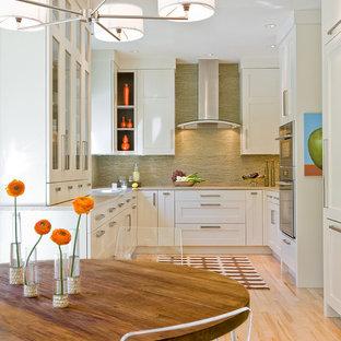 Ispirazione per una cucina classica con ante in stile shaker, elettrodomestici da incasso, ante bianche, paraspruzzi verde e paraspruzzi con piastrelle a listelli