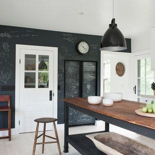 Mittelgroße Landhausstil Wohnküche mit Schrankfronten im Shaker-Stil, weißen Schränken, Quarzwerkstein-Arbeitsplatte, Küchenrückwand in Weiß, Rückwand aus Metrofliesen, gebeiztem Holzboden und Kücheninsel in New York